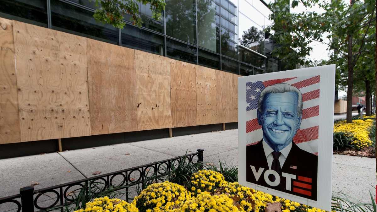 Un escaparate protegido con paneles de madera en Washington de cara a las elecciones. Foto: EP