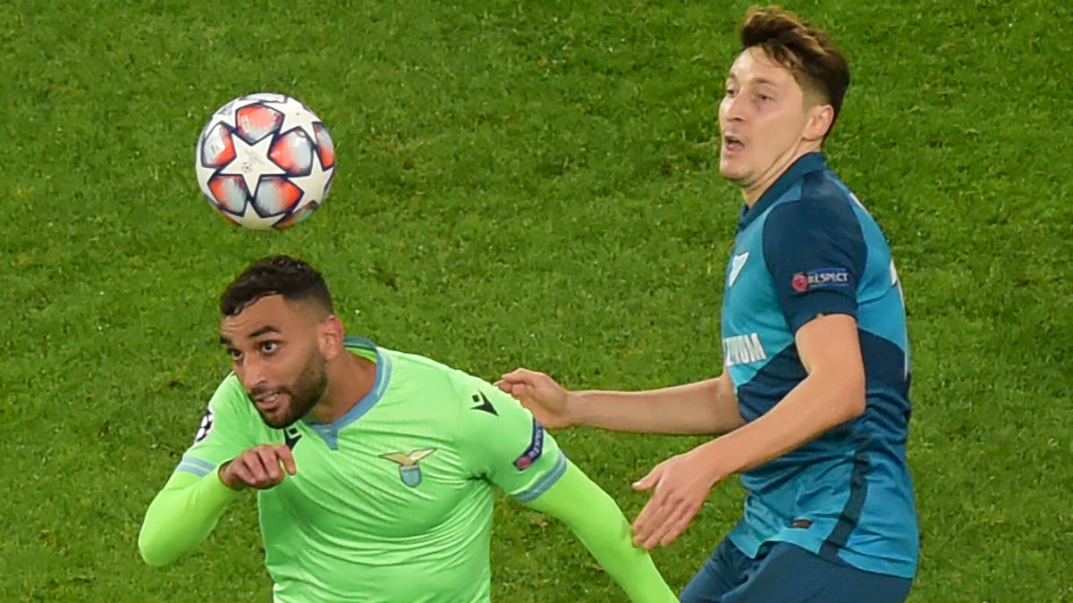 Fares y Kuzyaev disputan un balón. (AFP)