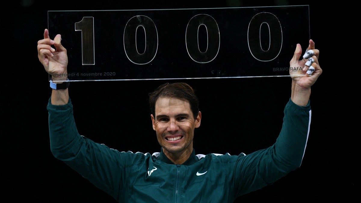 Nadal, con el trofeo de su victoria 1.000. (AFP)