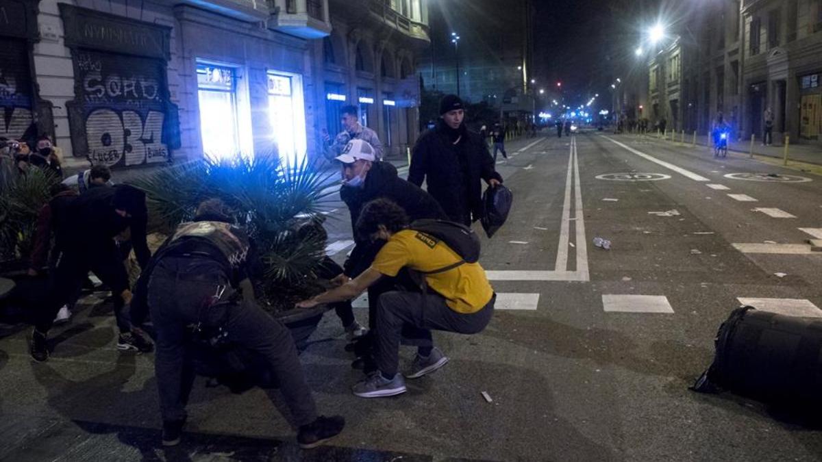 Disturbios en Barcelona por el toque de queda.