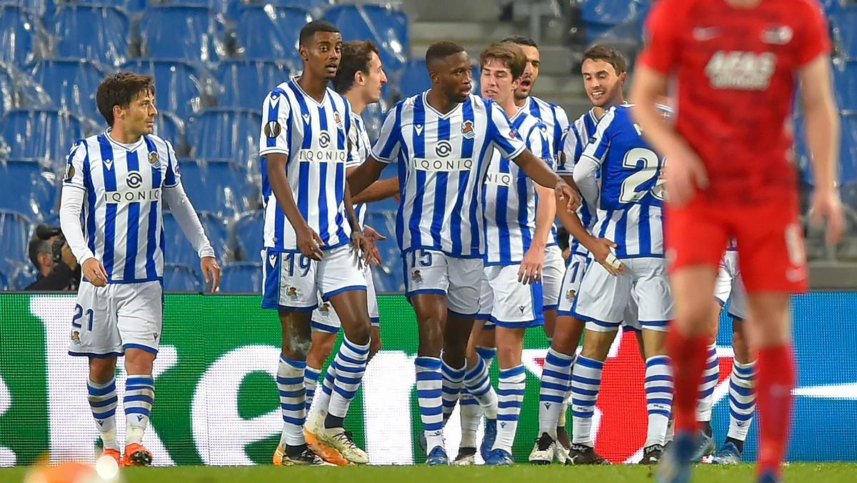 Los jugadores de la Real Sociedad celebran un gol. (AFP)