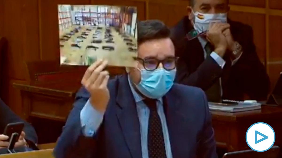 El senador del PP, Sergio Ramos, mostrando una foto de inmigrantes irregulares hacinados en el puerto de Las Palmas (Vídeo: PP)