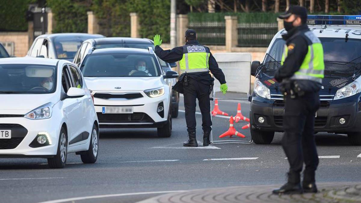 Agentes de la Policía Nacional durante un control