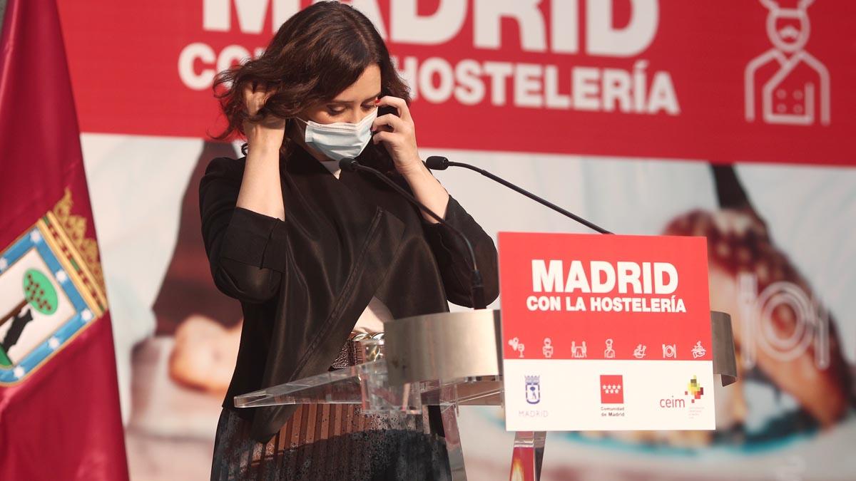 La presidenta de la Comunidad de Madrid, Isabel Díaz Ayuso, se quita la mascarilla para intervenir durante un acto de reconocimiento al sector de la hostelería madrileña, en la Real Casa de Correos, Madrid. Foto: EP