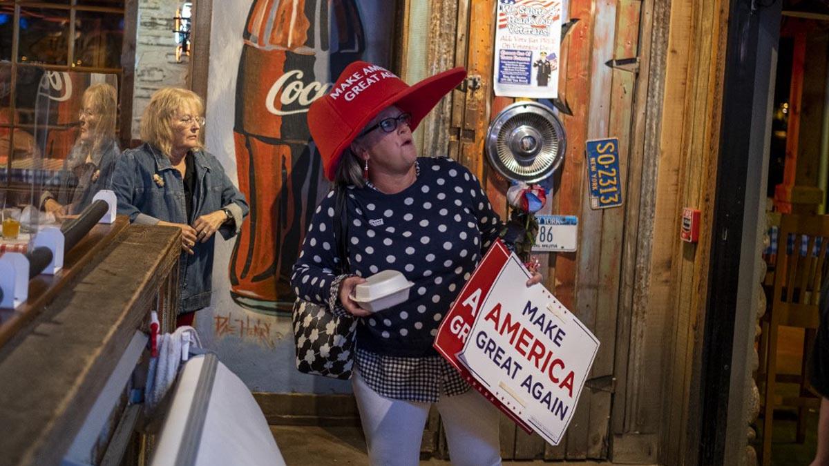 Una votante de Donald Trump con un gracioso sombrero con el lema de los republicanos: «Make America Great Again». Foto: AFP