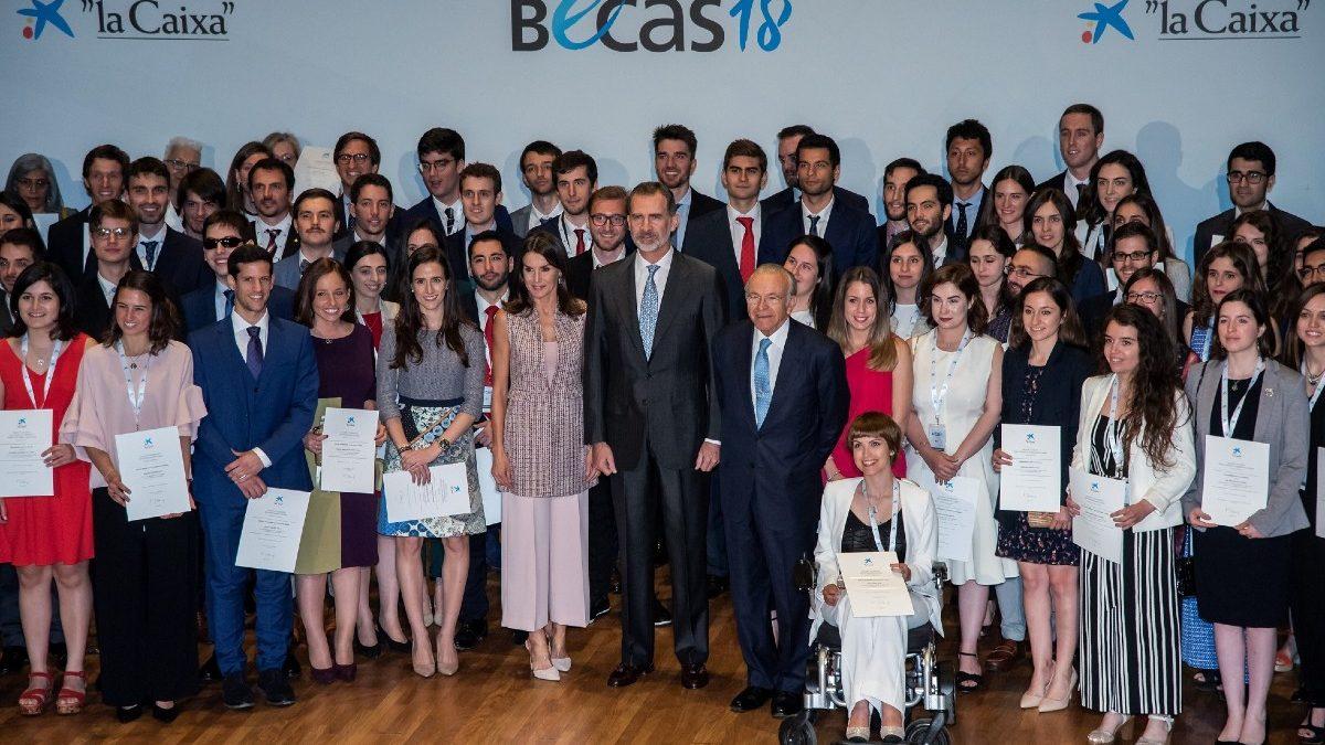 Fotografía de familia de los becados por la Fundación la Caixa.