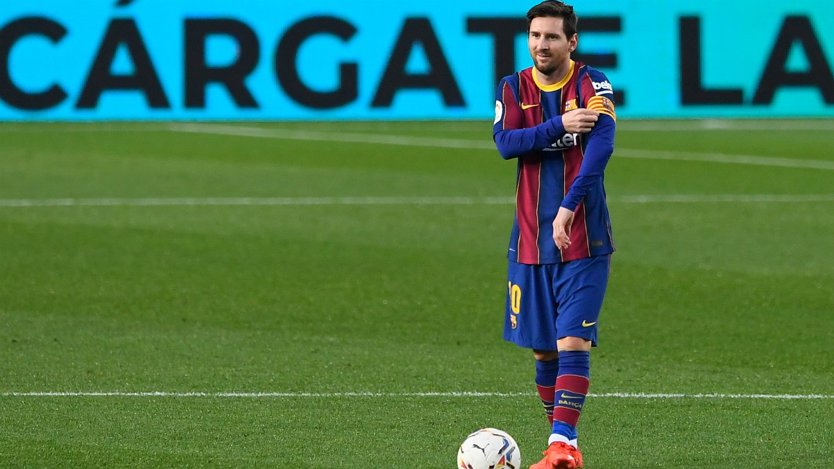 Leo Messi, justo antes del segundo tiempo ante el Betis sobre el césped del Camp Nou. (AFP)