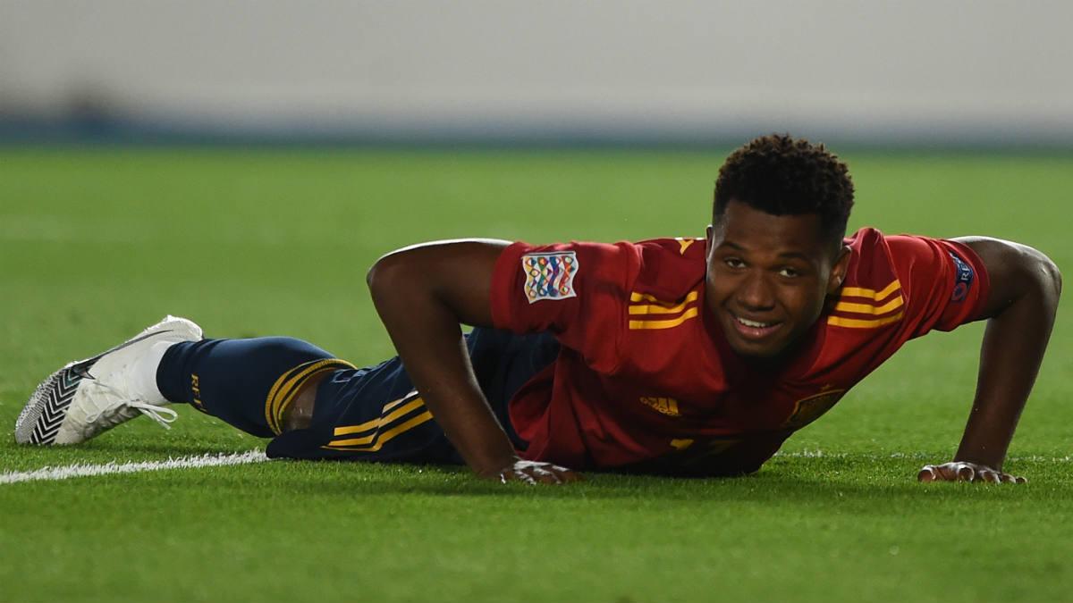 Ansu Fati, en el suelo en un partido con la selección. (Getty)