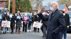 Joe Biden saluda a un grupo de votantes demócratas. Foto: EP