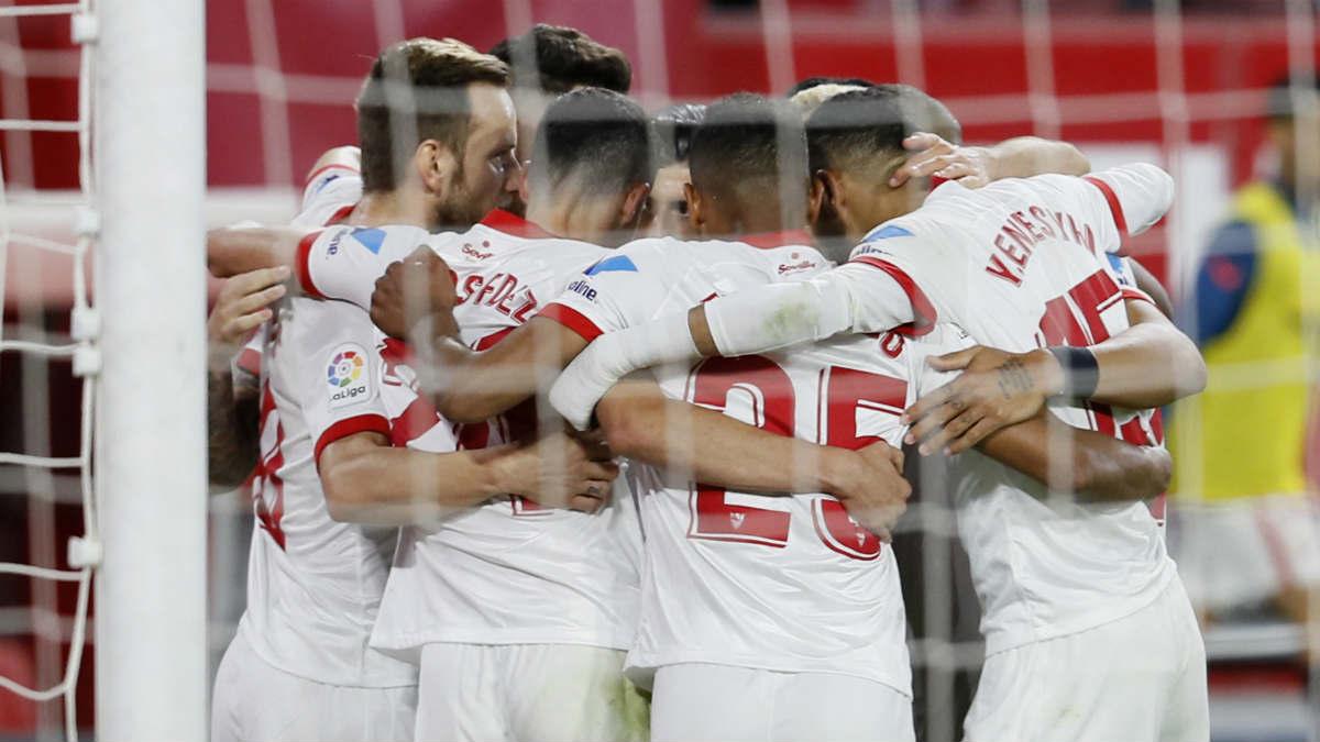 Los jugadores del Sevilla celebran el 1-0 ante Osasuna. (EFE)