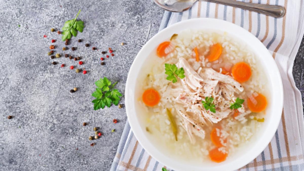 Sopa de pollo con arroz fácil de preparar