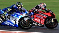 Joan Mir y Andrea Dovizioso durante el Gran Premio de Valencia de Moto GP en el circuito Ricardo Tormo. (AFP)