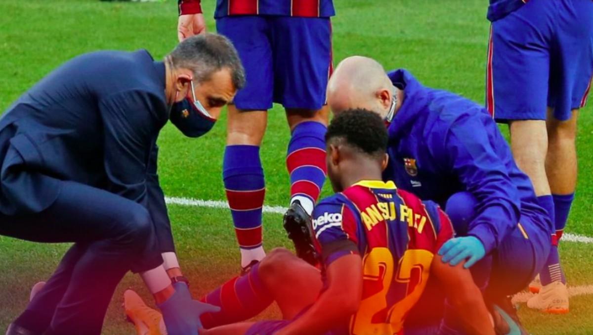 Ansu Fati, atendido en el terreno de juego. (FC Barcelona)