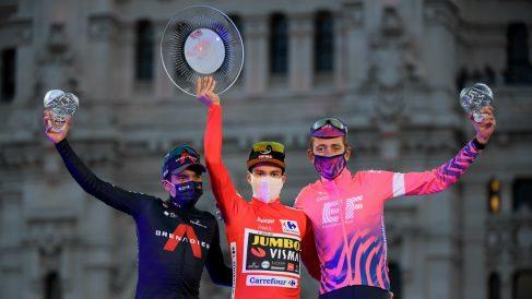 Los tres primeros de la Vuelta a España, con Roglic como ganador. (AFP)
