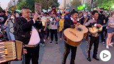 Forocoches envía a un grupo de mariachis a la Casa Blanca para despedir a Trump.