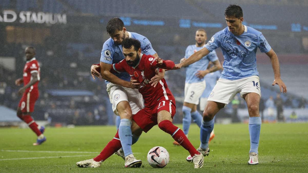 Salah controla el balón ante Rubén Dias en el City-Liverpool. (Getty)