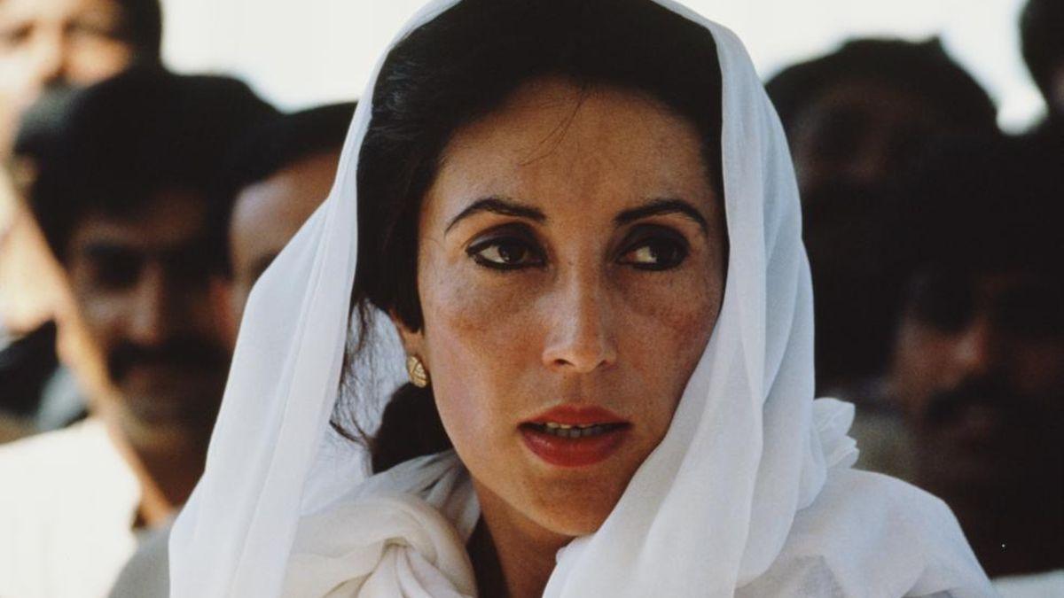 El 16 de noviembre de 1988, Benazir Bhutto es elegida primera ministra de Pakistán