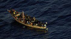 Cayuco llegando a Canarias. (Foto: Europa Press/Salvamento Marítimo).
