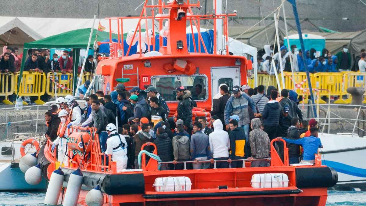 Un buque de Salvamento Marítimo con inmigrantes ilegales a bordo.