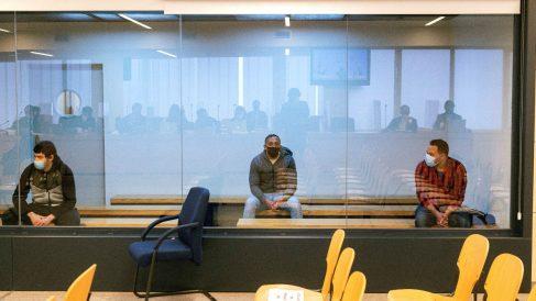 Los acusados Mohamed Houli Chemial (i) Driss Oukabir (c) y Said Ben Iazza (d) durante el juicio en su contra en la Audiencia Nacional en San Fernando de Henares, Madrid este martes donde ha comenzado el juicio por los atentados del 17 de agosto de 2017 en Barcelona y Cambrils (Tarragona). (Foto: Efe)