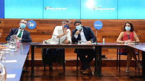 Fernando López Miras (segundo por la izquierda), presidente de la Región de Murcia, en un evento de alcaldes del PP celebrado en Murcia. (Foto: Europa Press)