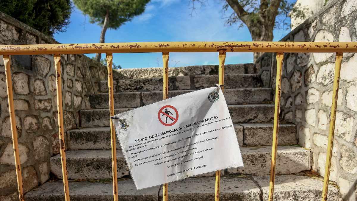 Un cartel informa sobre el cierre temporal del parques infantiles en Chinchón. Foto: EP