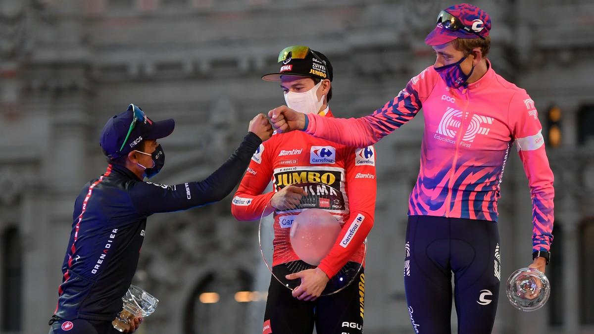 El podio de la Vuelta a España con Roglic, Carapaz y Carthy. (AFP)