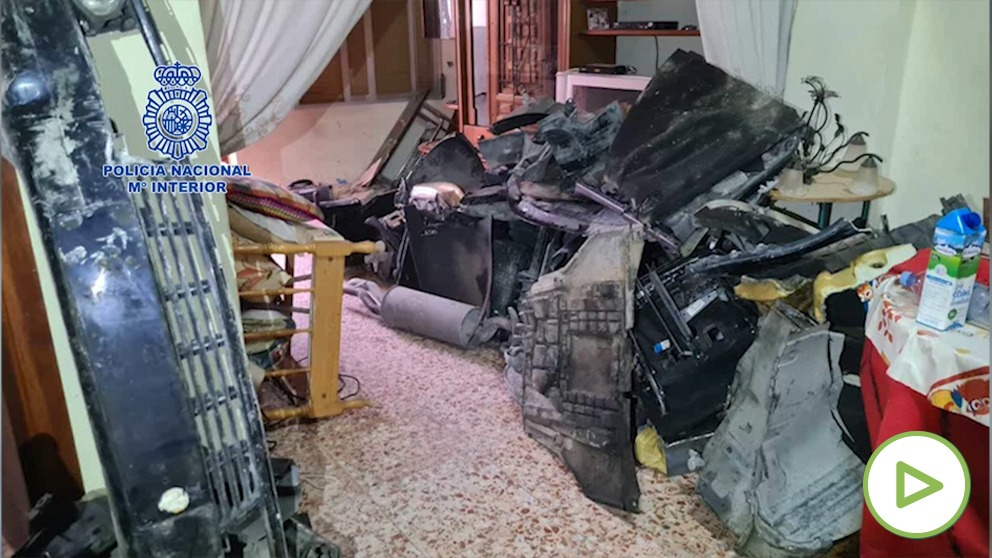 Imágenes del vehículo hallado en casa de los presuntos asesinos.