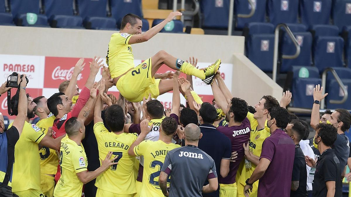Bruno Soriano, manteado por sus compañeros tras su último partido en el Villarreal (AFP)