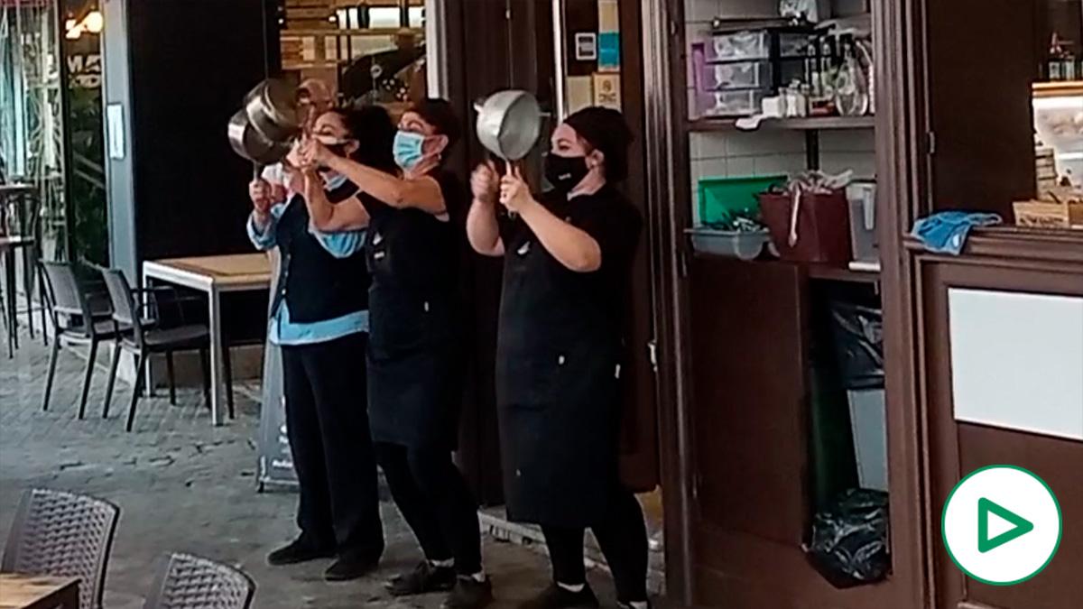Cacerolada de la hostelería e Sevilla en protesta por las pocas ayudas del Gobierno al sector.