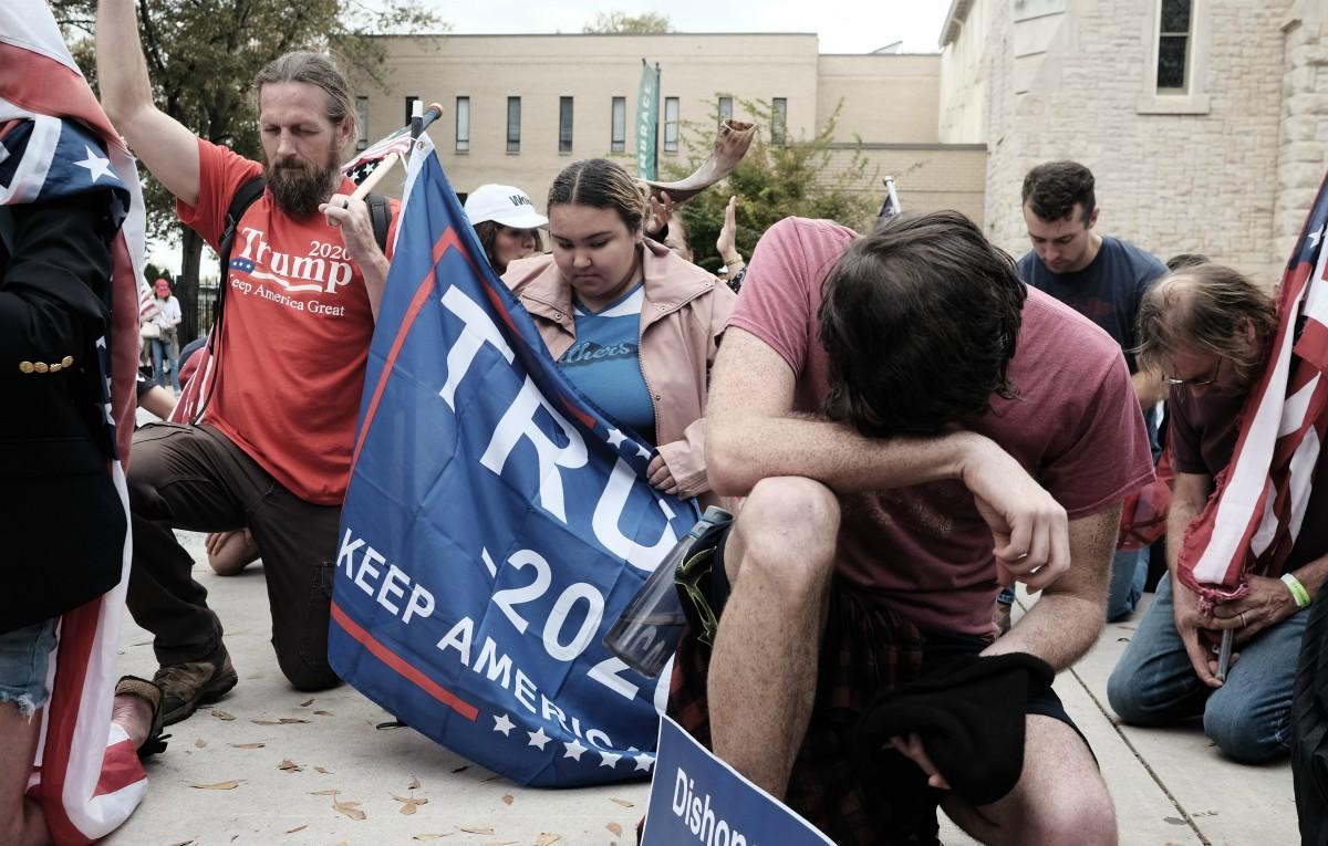 Seguidores de Trump rezando en Georgia. (ohn Arthur Brown/ZUMA Wire/dpa)