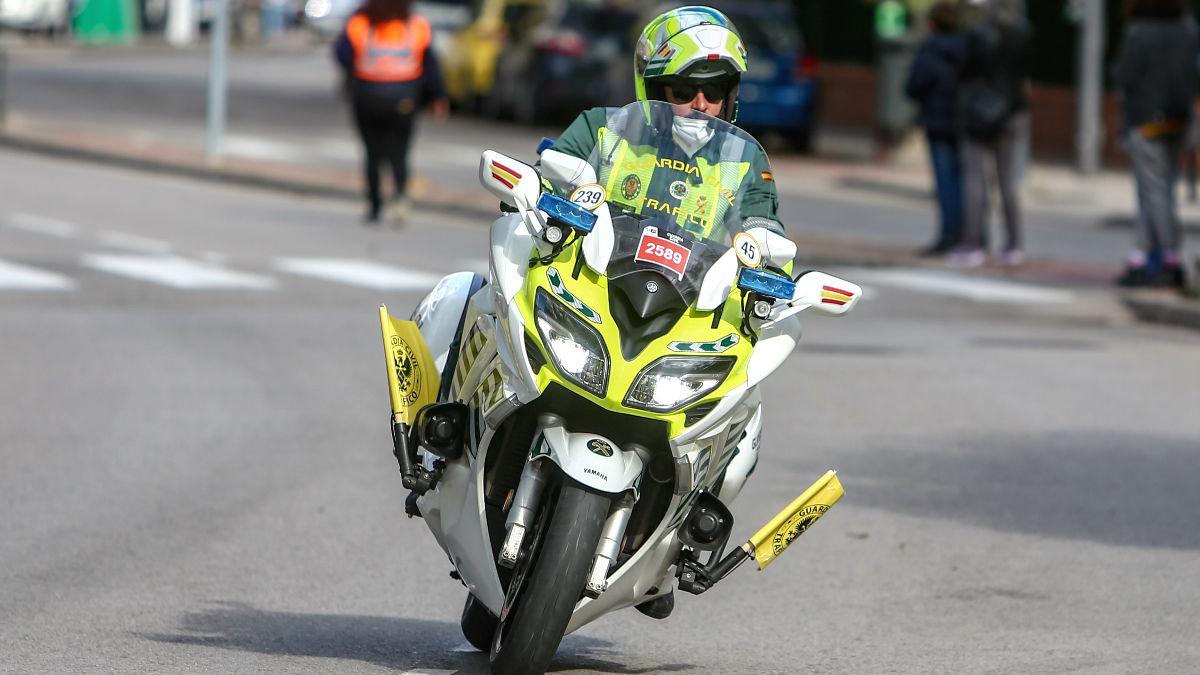 Una moto de la Guardia Civil de Tráfico durante el paso de la Vuelta Ciclista a España por Pozuelo de Alarcón (Madrid). (Foto: Europa Press)