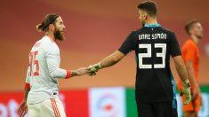 Unai Simón junto a Sergio Ramos tras el Holanda-España (AFP).