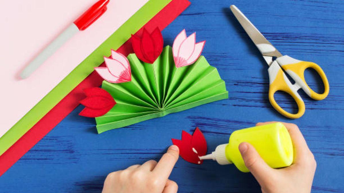 Pasos para hacer flores decorativas para los paquetes de regalo