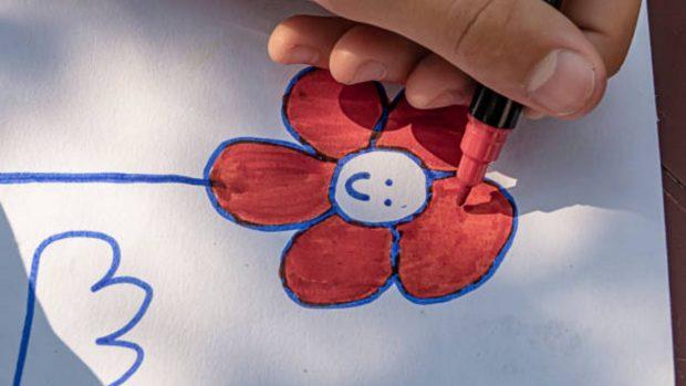 Cómo hacer flores con los niños para decorar paquetes de regalo