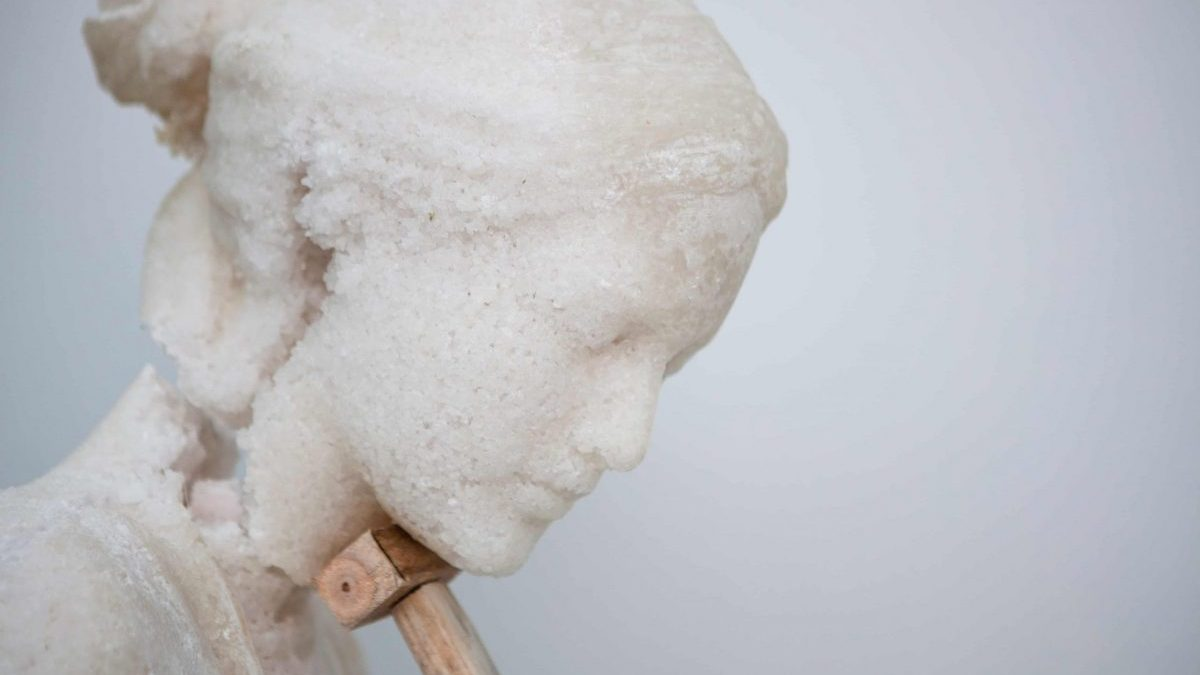 Escultura elaborada con sal pétrea por Javier Viver.
