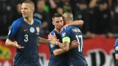 Los jugadores de Eslovaquia celebran un tanto. (AFP)