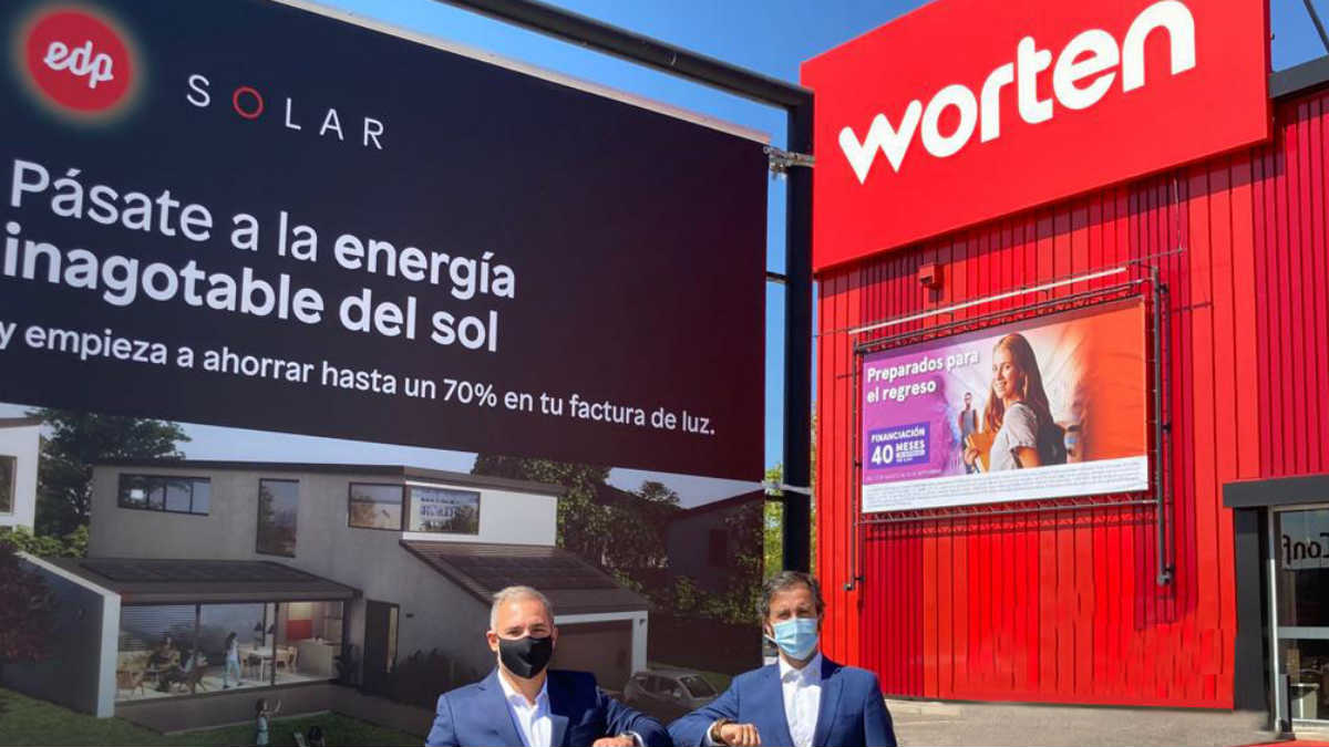 El director comercial de Worten España, Gonçalo Carvalho, y el director de EDP Solar, Gabriel Nebreda, en la tienda de la compañía ubicada en Alcorcón (Madrid).