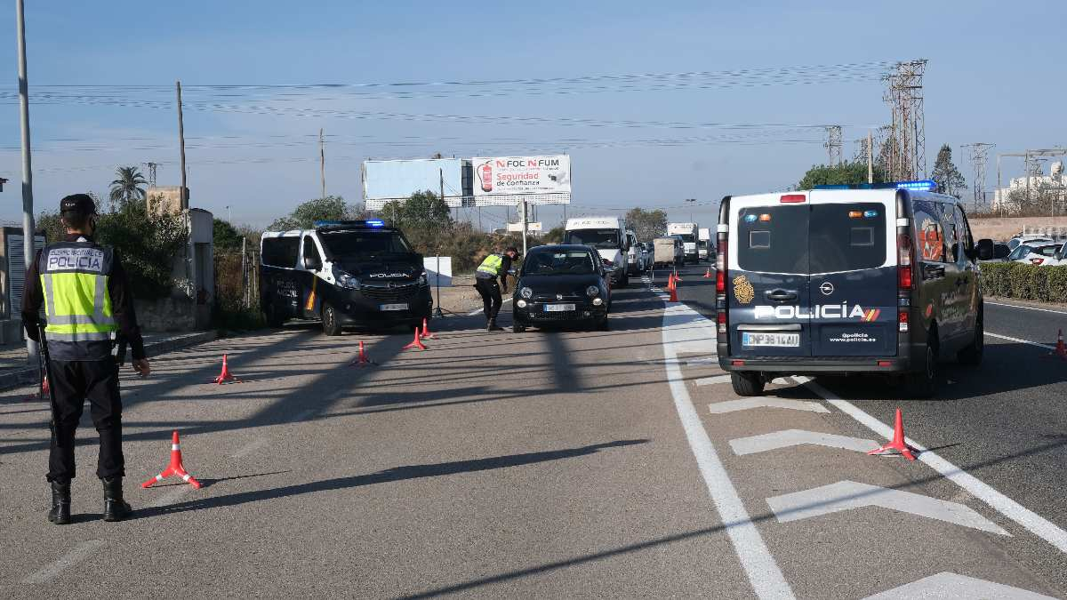 Agentes de la Policía Nacional realizan controles de movilidad. Foto: EP