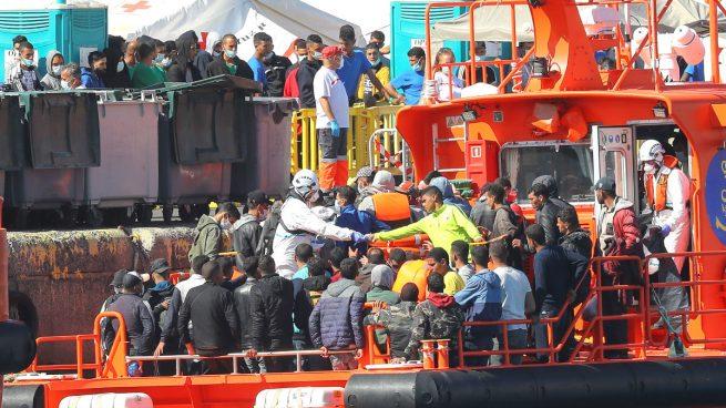 Una patera llena de inmigrantes ilegales. (Foto: EFE).