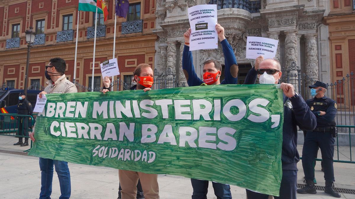«Abre ministerios, cierran bares», una de las pancartas que se vieron en la manifestación de la hostelería.