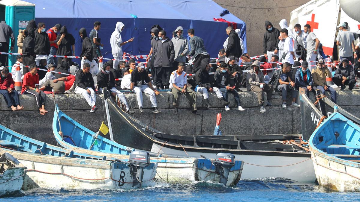 Inmigrantes ilegal hacinados en Canarias tras haber llegado en pateras. (Foto: Efe)