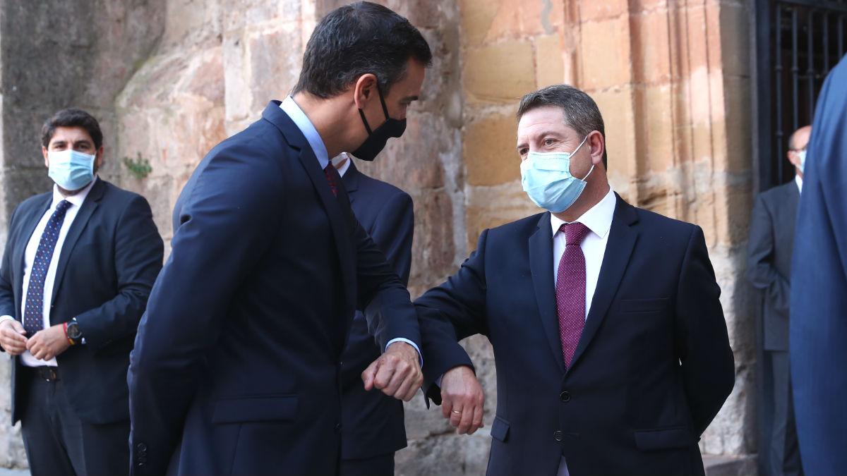 El presidente del Gobierno, Pedro Sánchez y el de Castilla-La Mancha, Emiliano García-Page (d). Foto: Europa Press
