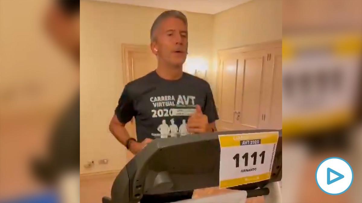 El ministro del Interior, Fernando Grande-Marlaska, corriendo en una cinta para la carrera virtual organizada por la AVT.