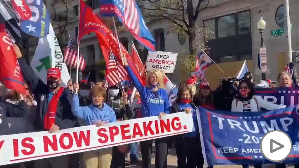 Trump aparece por sorpresa en una manifestación que reivindica su «victoria electoral» en Washington