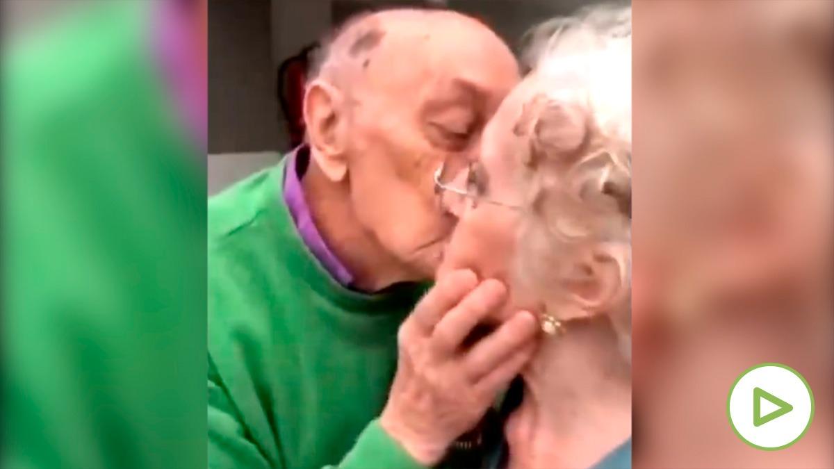 El emotivo reencuentro de una pareja de ancianos tras tres meses separados por el Covid.