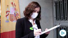 La presidenta de la Comunidad de Madrid, Isabel Díaz Díaz, firmando contra la 'Ley Celaá'. (Imagen: EP)