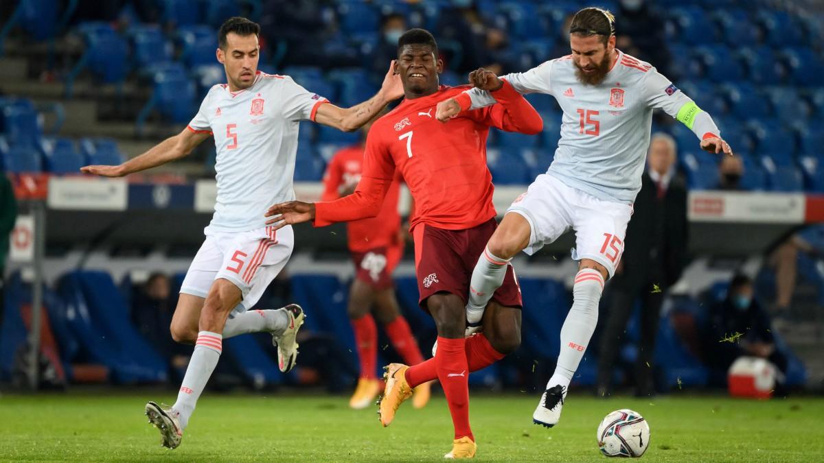 Sergio Busquets y Ramos pelean un balón ante Embolo. (AFP)