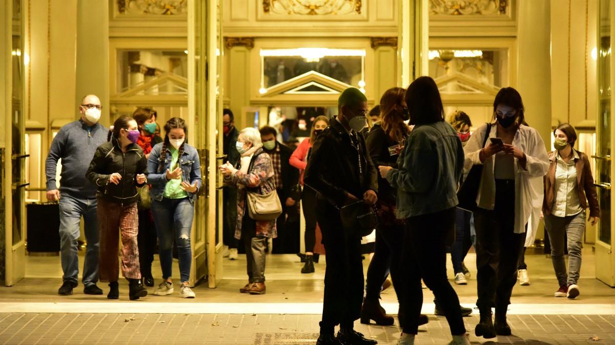 Cines y teatros de Barcelona justo antes de entrar en vigor el toque de queda en Cataluña, a 25 de octubre de 2020. – David Oller – Europa Press