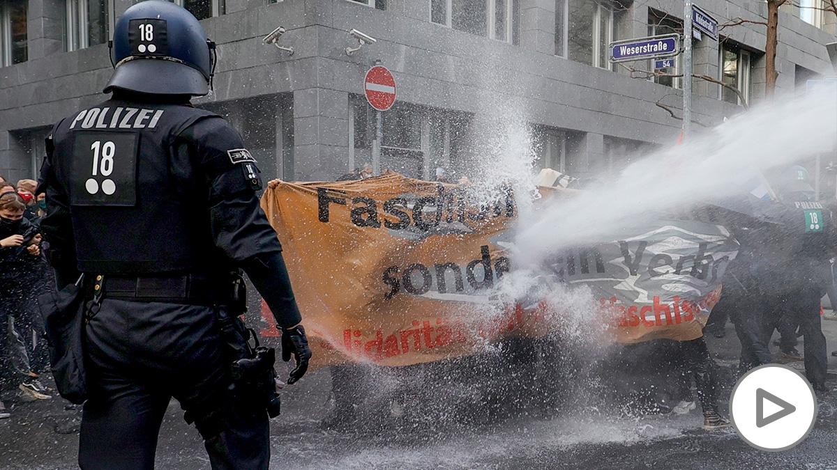 La Policía carga en Frankfurt con cañones de agua sobre los manifestantes. (Foto: Efe)